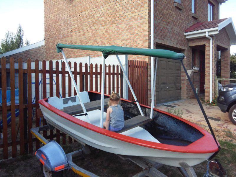 Fibreglass paddle boat in excellent condition