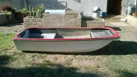 Small fishing boat R3200